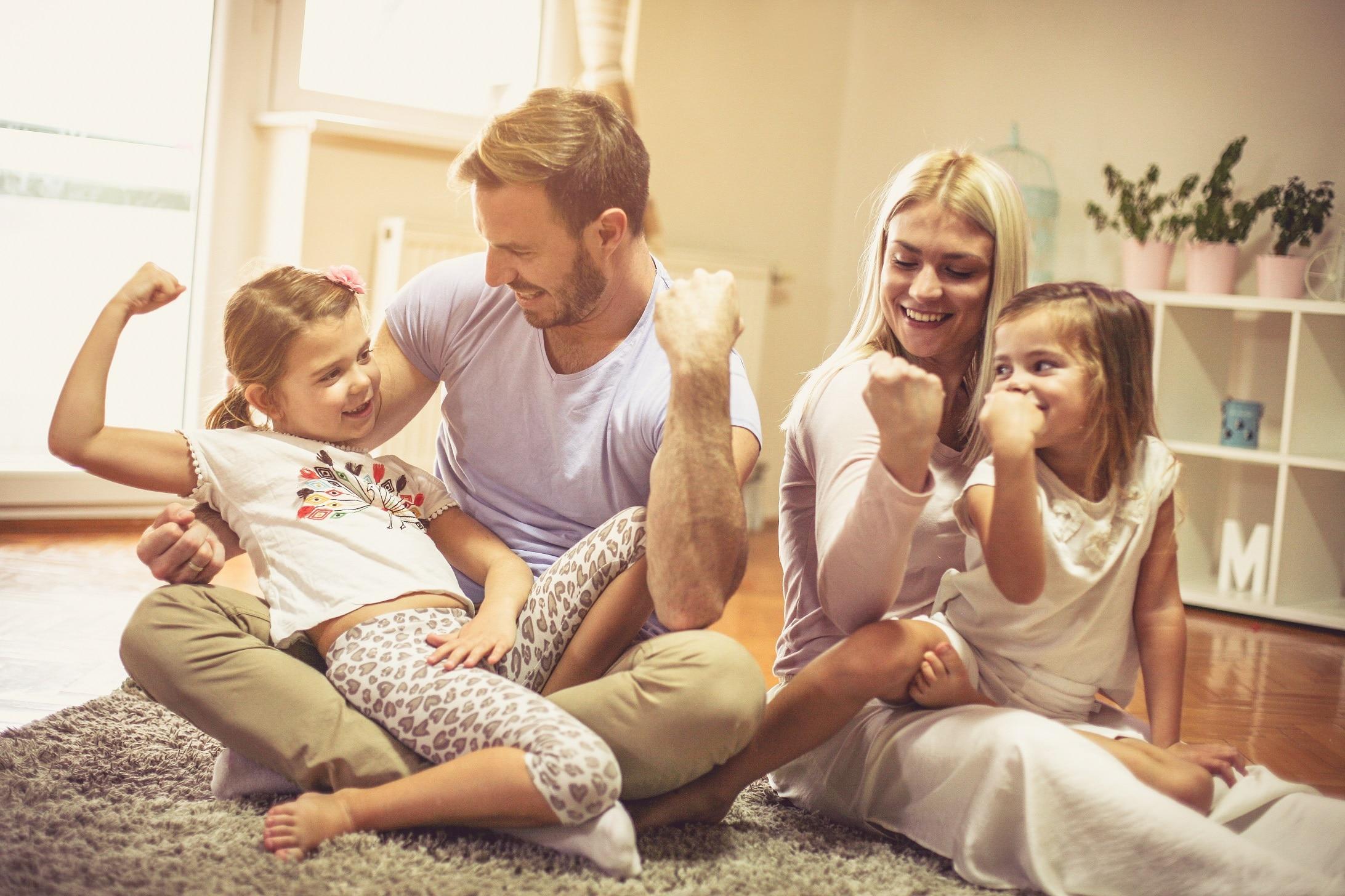 Gelukkig gezin met digitale balans